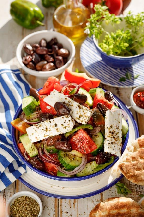 греческий салат Традиционный греческий салат состоя из свежих овощей как томаты, огурцы, перцы, луки, душица и oliv стоковые фотографии rf