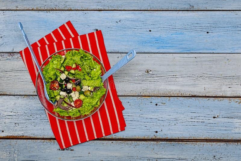 Греческий салат, салат, фета, вегетарианец, меню, взгляд сверху, космос экземпляра стоковые изображения