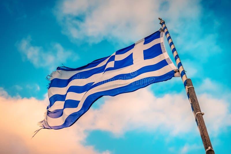 Греческий флаг на флагштоке стоковые фото