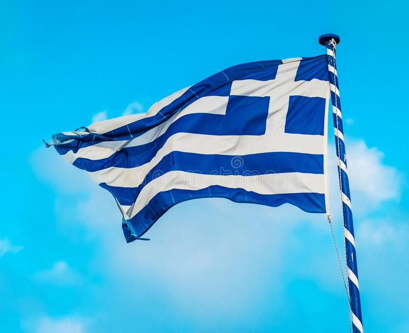 Греческий флаг на флагштоке стоковое фото rf