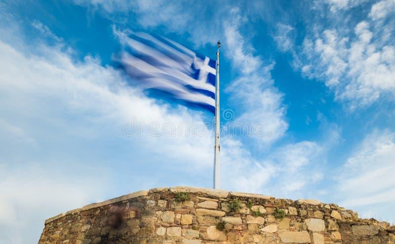 Греческий флаг развевая против голубого неба стоковые фотографии rf