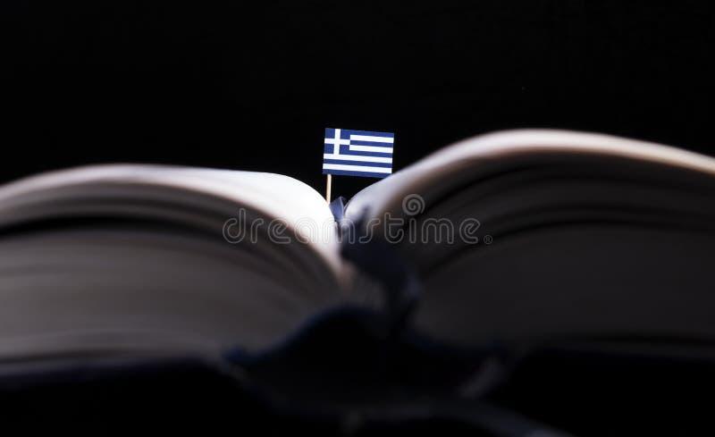 Греческий флаг в середине книги стоковое изображение
