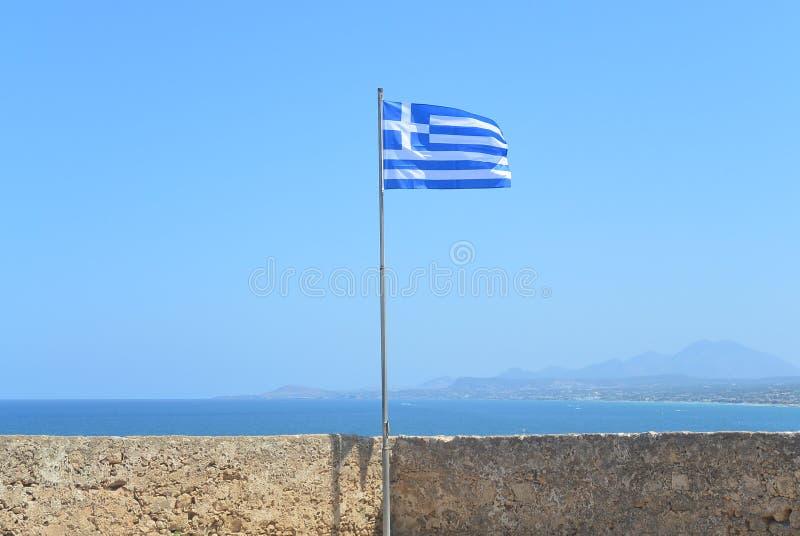 Греческий флаг над морем стоковая фотография rf