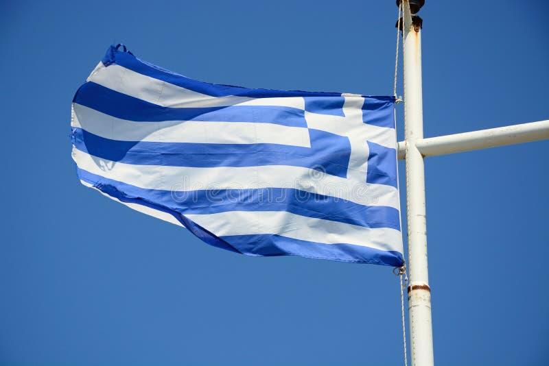 Греческий флаг против голубого неба, Крит стоковое фото