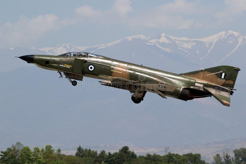 Греческий штурмовик Военно-воздушных сил F4 фантомный принимает  стоковое изображение