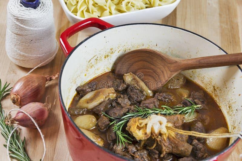 Греческое stifado говядины с лапшами яичка стоковые фото