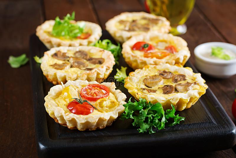 Грибы, чеддер, tartlets томатов на деревянной предпосылке стоковые фото
