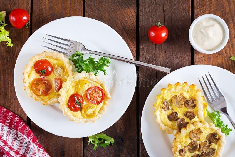 Грибы, чеддер, tartlets томатов на деревянной предпосылке стоковое изображение