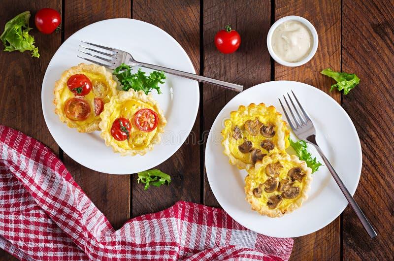 Грибы, чеддер, tartlets томатов на деревянной предпосылке стоковое фото rf