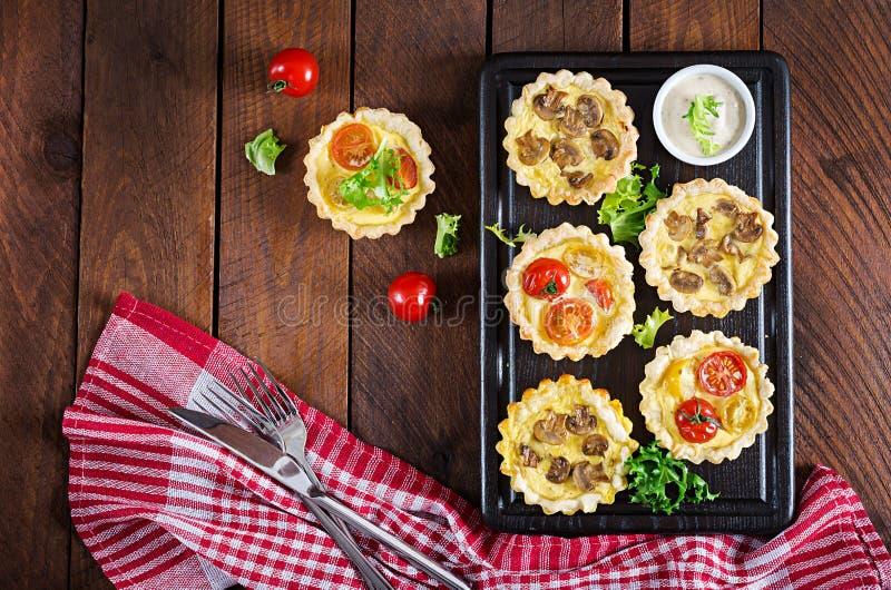 Грибы, чеддер, tartlets томатов на деревянной предпосылке стоковое изображение rf