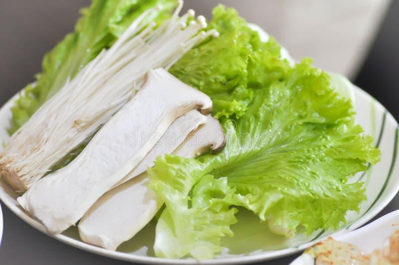 Гриб устрицы короля, золотой гриб иглы и салат стоковые изображения