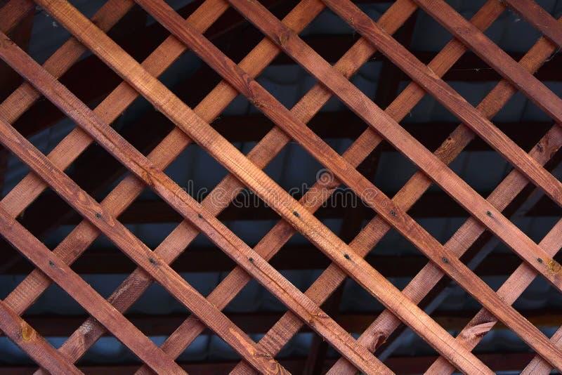Гриль естественной предпосылки сделанный из деревянных предкрылков Элемент для дизайна беседок, веранд и других деревянных структ стоковые изображения