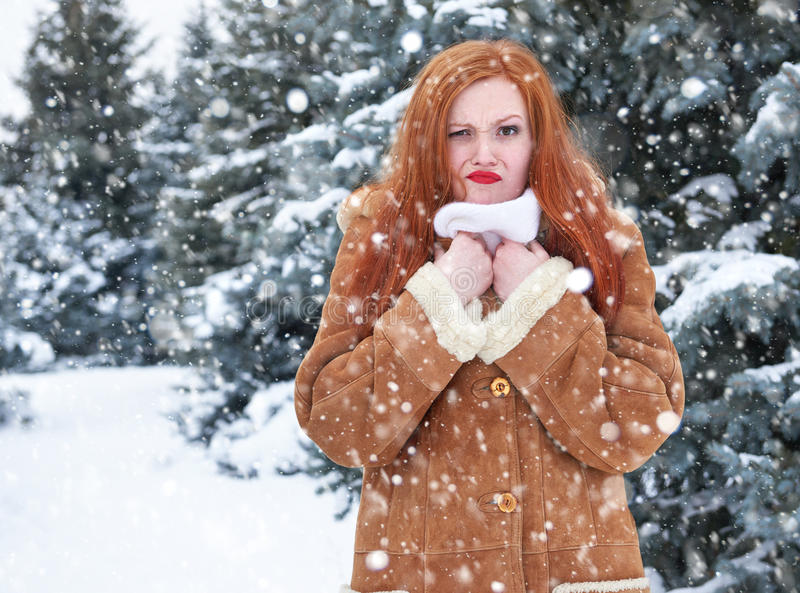 Гримасничая женщина имея погоду дискомфорта, портрет зимы внешний стоковое фото
