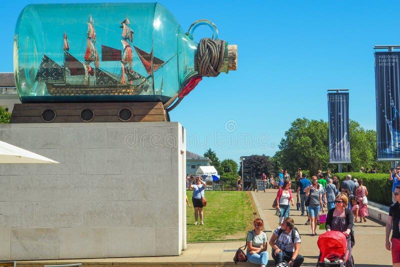 ГРИНВИЧ, ЛОНДОН, 27-ОЕ АВГУСТА 2016: Корабль ` s Нельсона ` в ` бутылки Yinka Shonibare на национальном морском музее стоковое фото rf