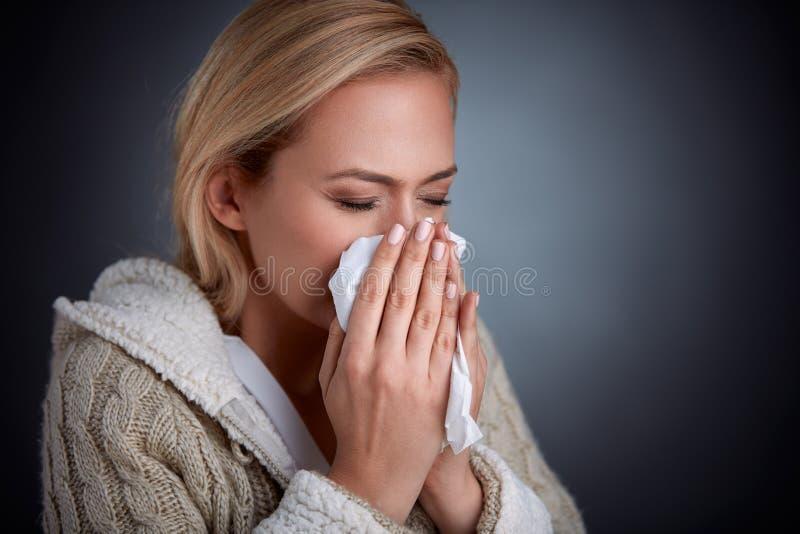грипп имея женщину стоковые фотографии rf