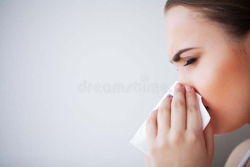 Грипп и больная женщина Больная женщина используя бумажную ткань, головной холод Pro стоковое фото rf