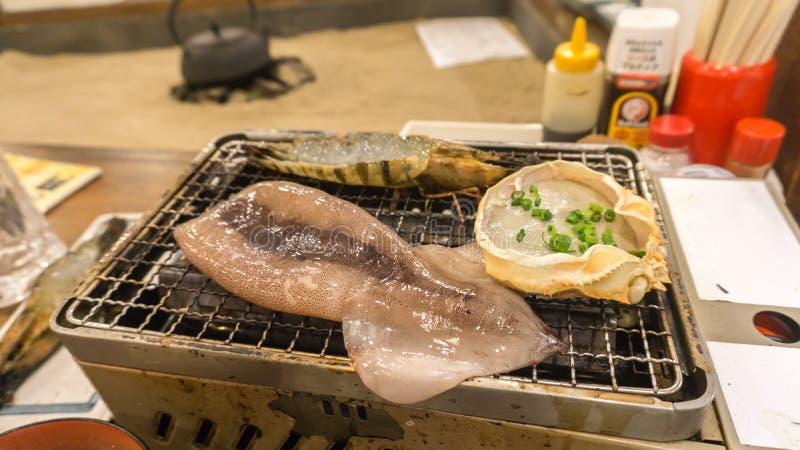 Гриль морепродуктов - кальмар, краб полинянный и креветка на ресторане стоковые фотографии rf
