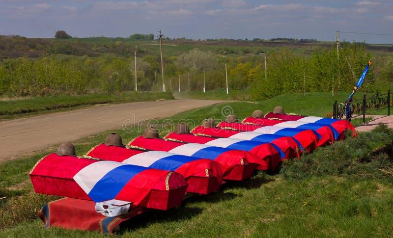 Гробы с остатками советских солдат покрытых с флагами перед похоронами Похороны стоковые фото