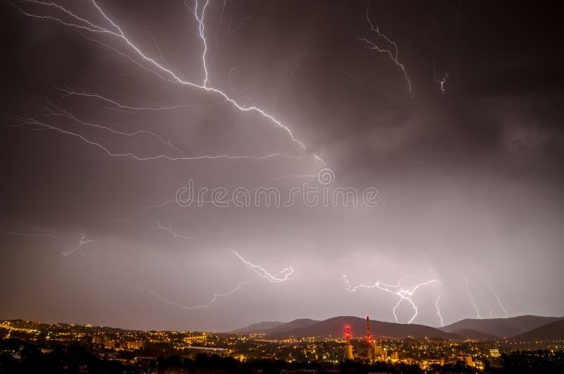 Гроза лета на ноче стоковые изображения rf