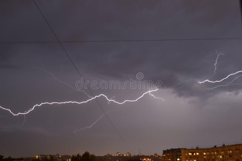 Гроза ночи с молнией стоковое фото