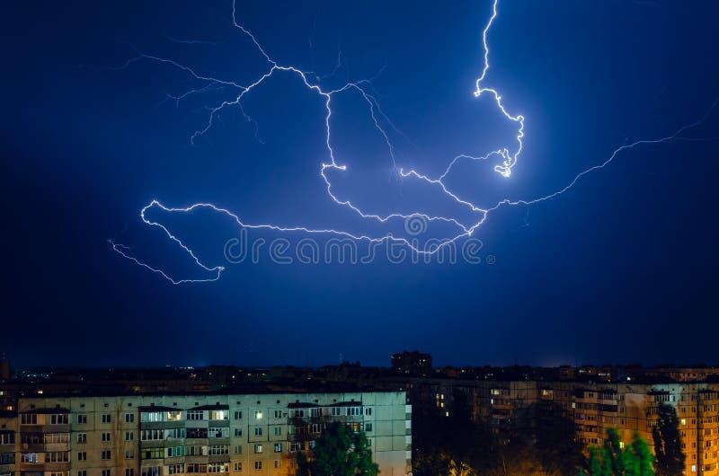 Гроза с молнией и громом над городом ночи стоковое фото rf
