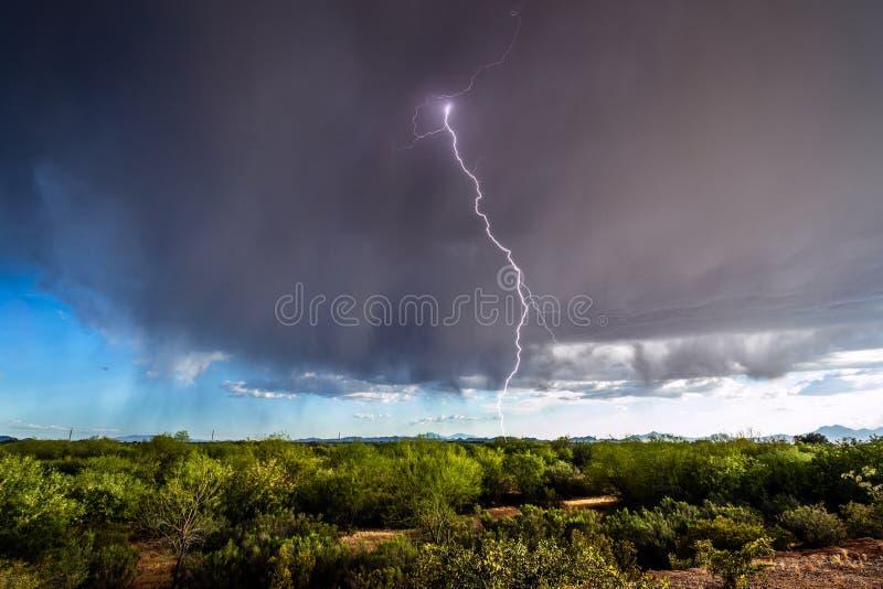 Гроза с падать молнии и дождя стоковая фотография