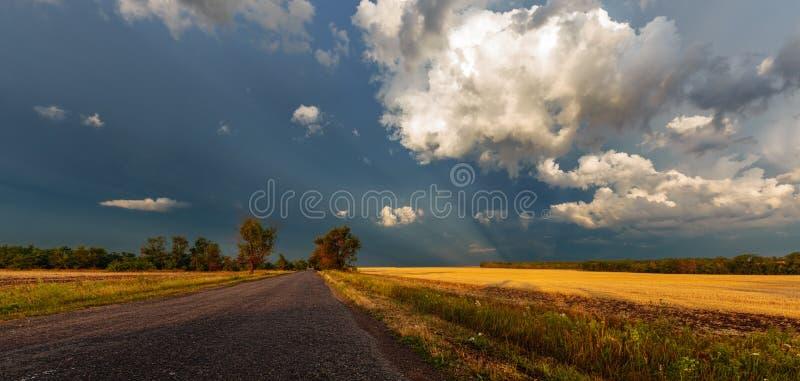 Грозовые облака над дорогой стоковые фотографии rf