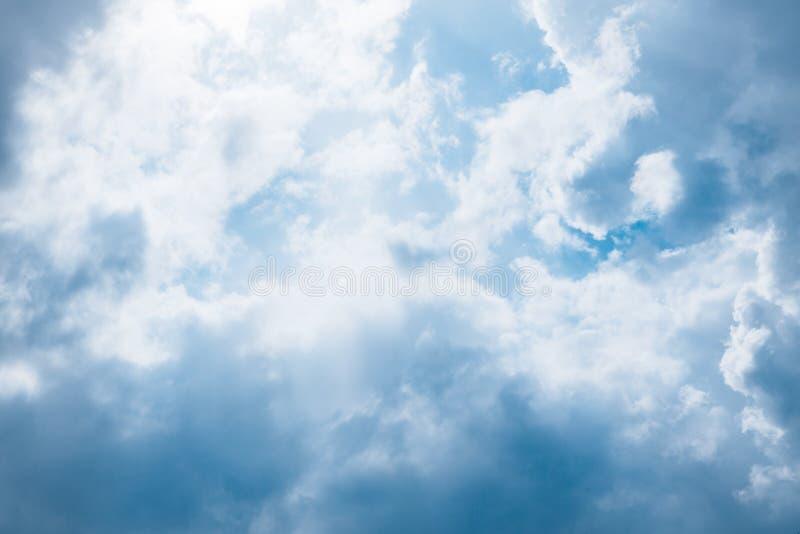 Громкие облака в голубом небе стоковые фотографии rf