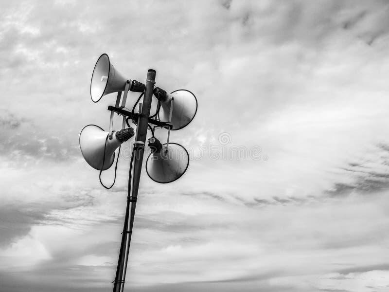 Громкий диктор на пляже Тель-Авив для получать для новостей и предупреждений информации E стоковые изображения rf