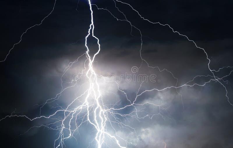 Гром, молнии и дождь во время лета бушуют стоковое изображение