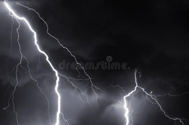 Гром, молнии и шторм в ноче лета стоковая фотография rf