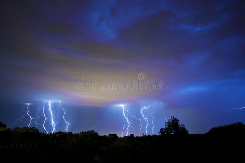 Гром, молния и шторм в темном ночном небе стоковое фото rf