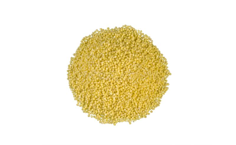 Гроуты пшена наваливают изолированный на белой предпосылке питание био естественный пищевой ингредиент стоковые фотографии rf