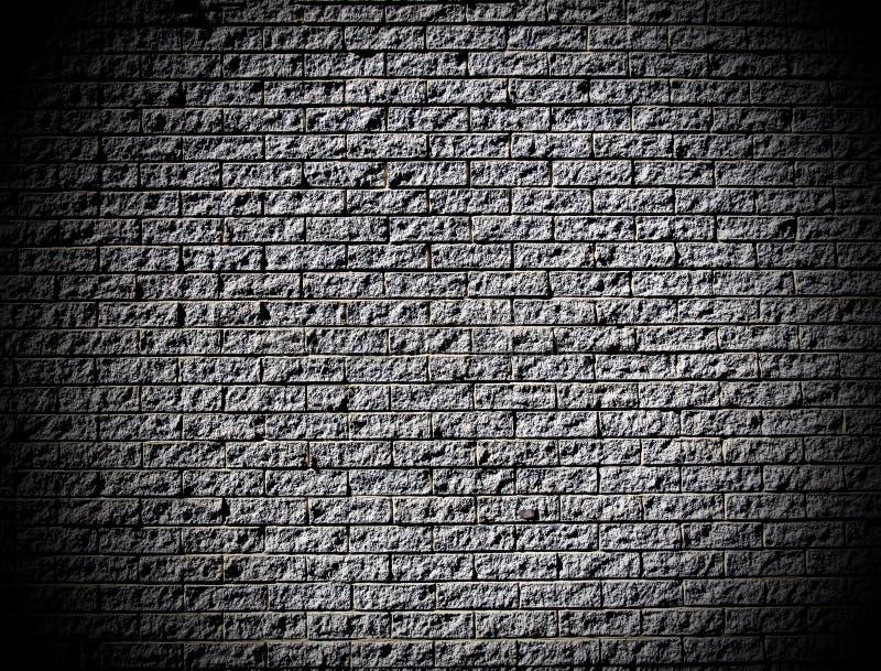 Грубая кирпичная стена при темные углы смотря ринв отверстие стоковые фотографии rf
