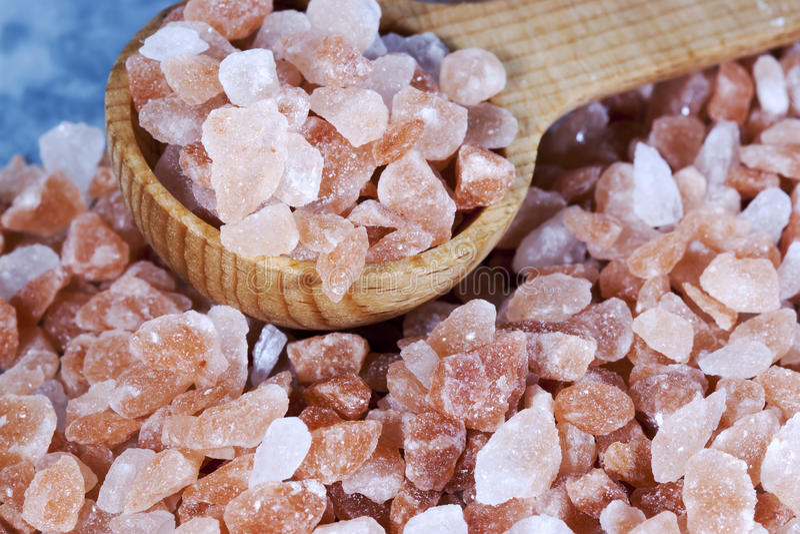 Грубая Himalayan розовая ложка соли стоковые изображения