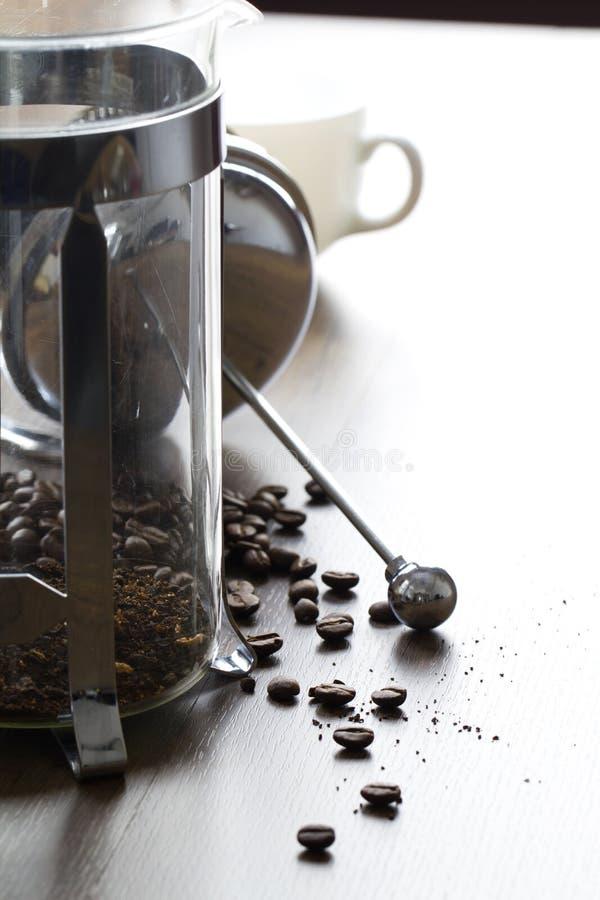 Грубое земное кофейное зерно в ясном французе отжимает кружку стоковое фото
