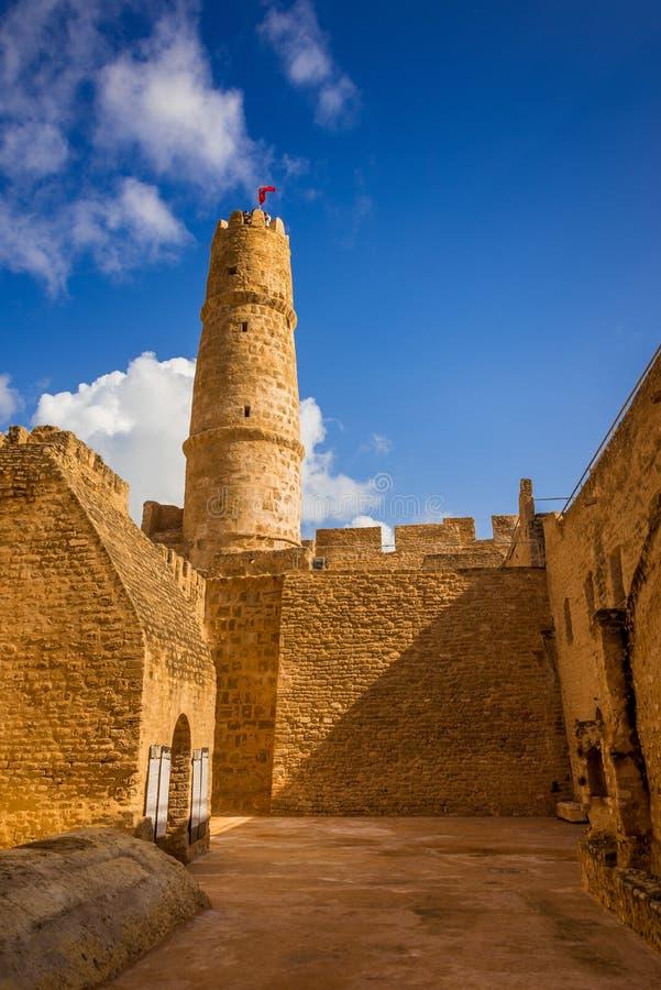 Грубые стены и башня замка стоковые изображения rf