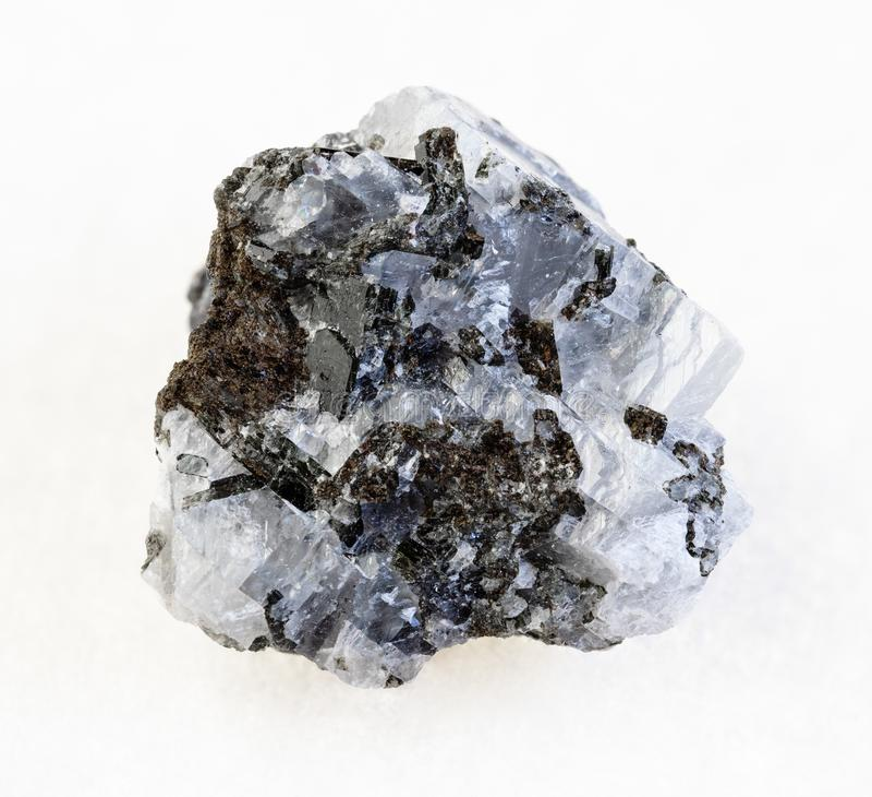 грубый камень сфалерита (сфалерита цинка) на белизне стоковые фото