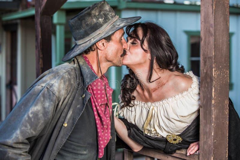 Грубый поцелуй человека и женщины стоковые фото