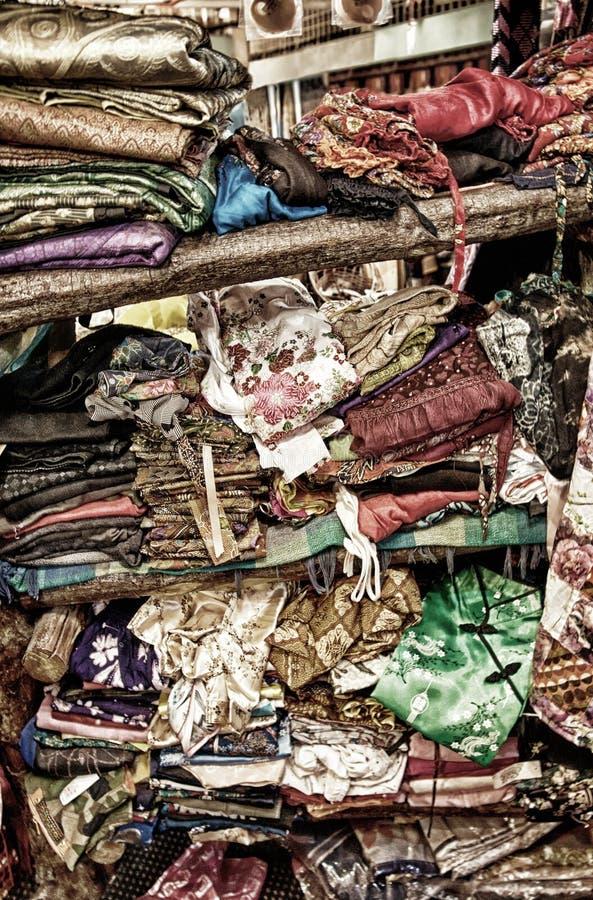 Грубый штабелировать одежды на полке стоковая фотография