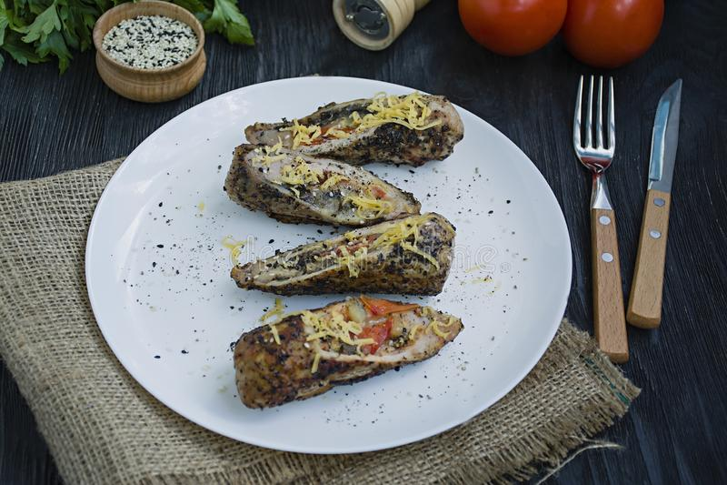 Груди жареного цыпленка заполненные с сыром грибов, зеленого лука, перца и овец, гарнированным с испаренными овощем и рисом стоковое фото rf