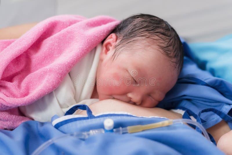грудное молоко напитка newborn ребенка первое стоковые фото