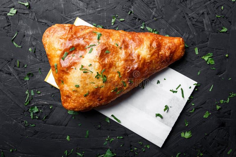 Грузинское khachapuri - flatbread с сыром на темной деревянной предпосылке смогл расстегай еды домодельный стоковое фото rf