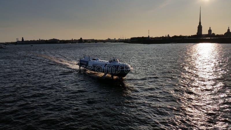Грузите на реке Neva в солнце вечера стоковые изображения rf