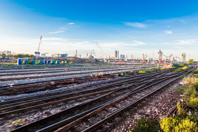 Грузите станцию с поездами на восход солнца, голубым небом стоковые изображения rf