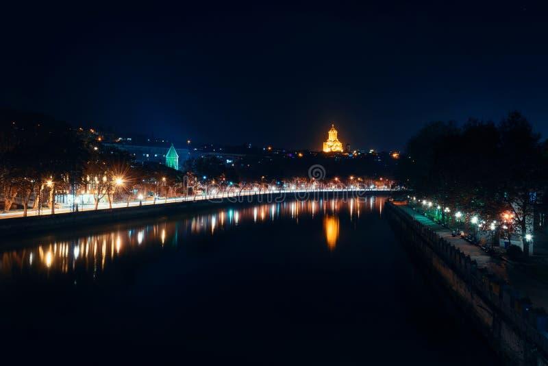 Грузия, Тбилиси - 05 02 2019 - Взгляд над рекой Mtkvari Церковь Sameba святой троицы накаляя в ночи стоковые фото