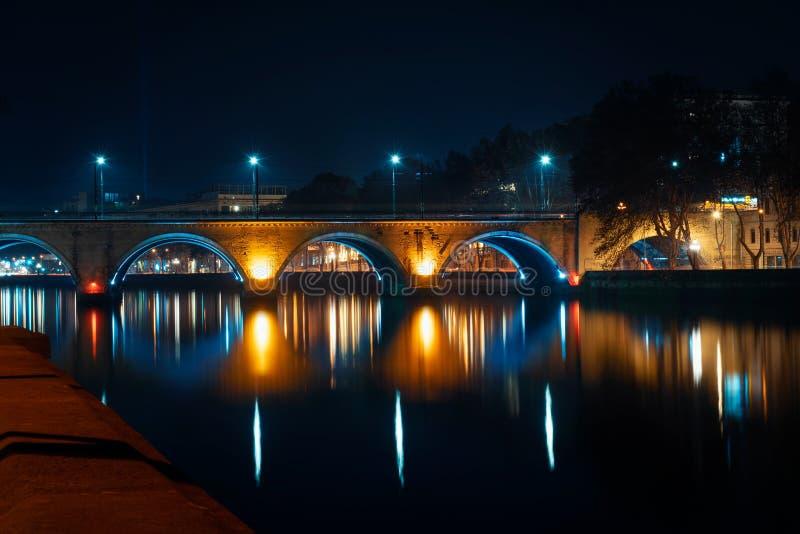 Грузия, Тбилиси - 05 02 2019 - Взгляд сухого моста над рекой Mtkvari Фотография сцены ночи - изображение стоковая фотография rf
