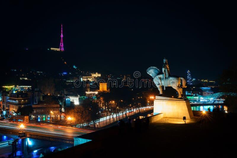 Грузия, Тбилиси - 05 02 2019 - Ночь над Тбилиси Известные мост Metehi, памятник Vakhtang Gorgasali, башня ТВ и мост  стоковые фото
