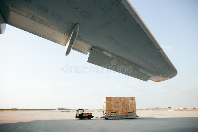 Грузовой контейнер носится к самолету стоковое изображение rf
