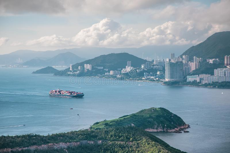 Грузовой корабль близко поплавать вдоль побережья стоковая фотография